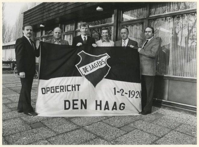 1985 Sportvereniging De Jagers, die 65 jaar bestaat, met het bestuur bij het clubhuis aan de Waalsdorperlaan te Wassenaar