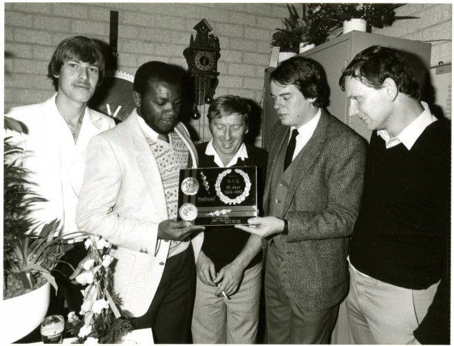 Het bestuur van de voetbalvereniging WVS, afdeling tweede klasse, recipieert bij het 60-jarig bestaan van de vereniging in de kantine aan de Steenwijklaan