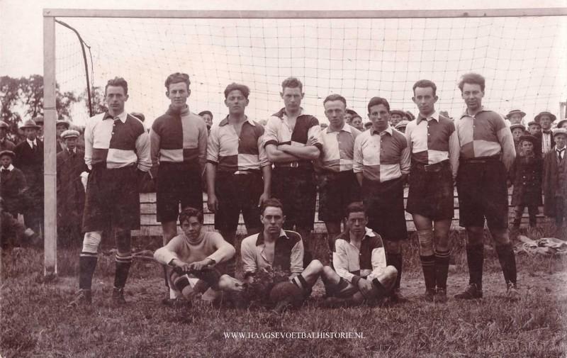 Foto LF 16 HDV 1 is medio 1925 kampioen geworden van de Haagse Voetbalbond. Staand 2e van rechts Henk Loos. Namen van andere spelers zijn bekend in Haagse Voetbalhistorie.